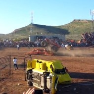 【閲覧注意】ブレーキが間に合わない!モンスタートラックが観客に突っ込む大惨事