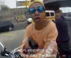 【閲覧注意】バイク強盗が銃を突きつけてきた!!その瞬間に警官に撃たれる・・・