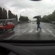 【衝撃映像:事故】危機一髪!とおもったら隣の車が思いっきり撥ね飛ばしてたw
