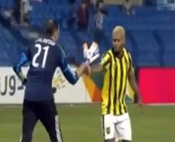 【衝撃映像:サッカー】敵同士で靴紐を結んであげる友情・・・それを分からないクズ審判がファール申告www
