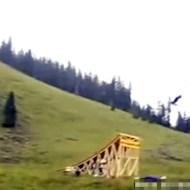 【おもしろ動画:神業】巨大ジャンプ台からのピンポイント着地が凄すぎるwww