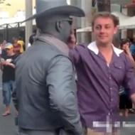 【衝撃映像:馬鹿】石像は動く石像だった・・・からかう客に顔面パンチw