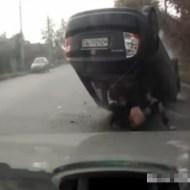 【衝撃映像:車】側道に乗り上げて車が引っくり返るw中から女性がポーンっと飛び出るw
