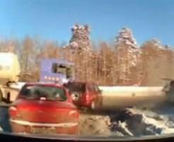 【衝撃映像:車】目の前で事故!避けたと思ったらトラクターに衝突・・・