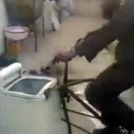 【おもしろ動画】壊れた洗濯機に自転車を付けたら直った件www