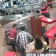【衝撃映像:子供】自分の赤ちゃんを洗濯機に入れてしまう両親・・・これはワザと???
