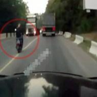 【クラッシュ】居眠り運転で対向車線に寄って行く原付…目の前にはトラックが…