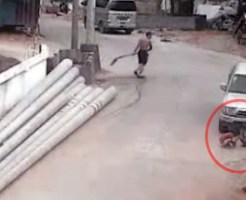 【グロ:殺人】車の前にいる子供2人を当たり前の様に轢いていく・・・