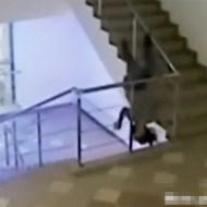 【衝撃映像】ベロベロに酔った女性が階段からダイブ!