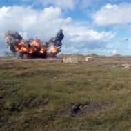 【衝撃映像】戦闘機F-16の空爆訓練で分かる凄まじい破壊力