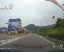 【衝撃映像】道路に落ちてきたパラシュートの神回避映像