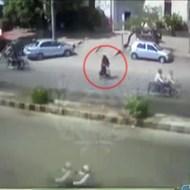 【グロ注意】パトカーが親子を思いっきり轢く一部始終・・・