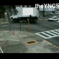【事故映像】不運すぎる歩行者・・・スリップしたトラックの餌食に・・・