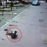 【閲覧注意】道に座ってる子供をわざとゆ~っくり轢いていく車・・・