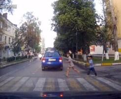 【事故映像】横断歩道を渡る兄弟に迫るバイク・・・奇跡は起こらず・・・