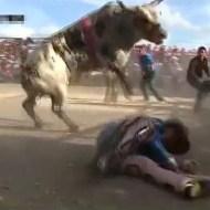 【衝撃映像】暴れ牛過ぎてロデオ失敗!顔面を踏みつけられ・・・