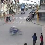 【事故映像】バイクが綺麗にベビーカーだけ轢いて行ったんだけど【ハプニング】