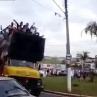【衝撃映像】荷台が満員のトラックが曲がりきれずに転倒!・・・大量死亡事故???
