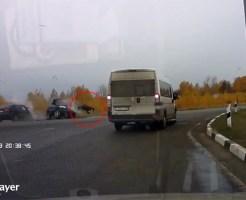 【クラッシュ】車が衝突!その瞬間運転席から黒ひげ危機一髪並みに飛び出す親父w