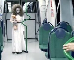 【ドッキリ】電車の明かりが消えて点いたら人形を持った少女が・・・