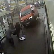 【衝撃映像】暴走した車がバス停に突っ込んだ結果・・・