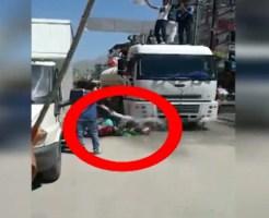 【グロ事故】水撒き車の水でスリップしたバイカーの頭の上にトラックが・・・