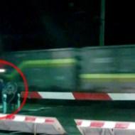 【衝撃映像】深夜の線路で遊ぶ若者に迫る電車・・・逃げ遅れた若者は・・・