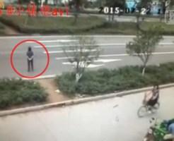 【衝撃映像】おばあちゃんが道路を横切って一足先に天国へ