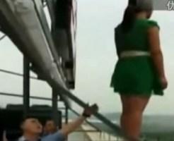 【自殺映像】飛び降りようとする女性を後ろから救出・・・できませんでしたぁ~
