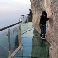 【おもしろ】重度の高所恐怖症がガラス張りの崖に立ったらやばい事になったw