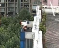 【中国】中学生の女の子が学校で自殺をしようとしている映像