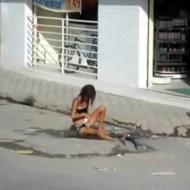 【グロ注意】麻薬中毒の女性・・・水溜りで入浴中・・・