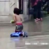 【中国悲惨】中学生少女がご飯のために半裸で物乞い・・・ 動画有り