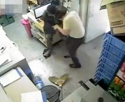 【閲覧注意】コンビニ店長とナイフ強盗が死闘・・・一部始終捕えた映像が壮絶・・・
