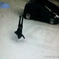 【衝撃映像】女性が飛び降りて地面に叩きつけられる一部始終・・・
