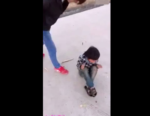 【児童虐待】泣き叫ぶ男児をひたすら棒で叩くDQN→ネットうpで映像流出