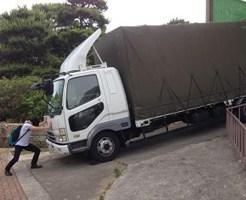 【衝撃】10トントラック手で止められるか試してみた結果w ※動画あり