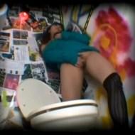【盗撮オナニー】クラブ内のトイレで音楽に乗りながらオナニーするギャルwww