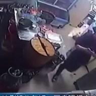 【衝撃映像】ウェイトレスの歩きスマホで店が大爆発!!【動画1本・画像8枚】
