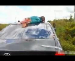 【グロ注意】バイクと衝突事故→車の上に死体を乗せたまま走行・・・
