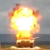 【衝撃映像】戦車の真上でミサイル爆発させたらどうなると思う?