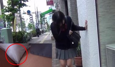 【エロ JK】女子校生にリモコンバイブ仕込んでその辺歩かせてみたら歩けず立ち止まってワロタwww