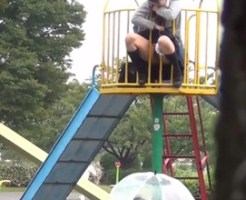 【エログロ】女子校生がおしっこする下で傘差して構えるサービスあったらしてみたい?w ※動画