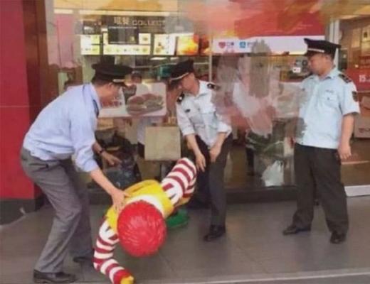 【衝撃映像】中国のマクドナルドでドナルド逮捕!!