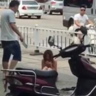 【衝撃映像】肉切り包丁片手にブチ切れの男 と おっぱいおしり丸出し裸で道路に座り込む女 中国