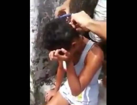 【衝撃映像】髪は女の命!泣く女の子の髪の毛を断髪して暴行を加えまくる意味深な撮影記録