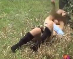 【エロ動画】そのへんで歩いてる女の子のパンツとスカート奪い取ったらどうするか試してみたw