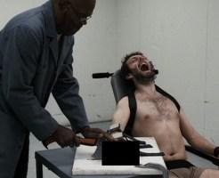 【閲覧注意】泣き叫ぶ泥棒にされている実刑が再犯防止の指チョキーw ※動画