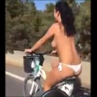 【衝撃映像】おっぱい丸出しで自転車に乗るとか日本の女の子も見習ってほしいwww