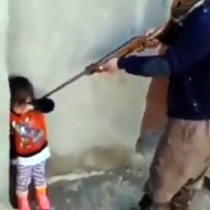 【胸糞注意報】小さな子供怒る時にライフル銃を向ける父親がこちらw